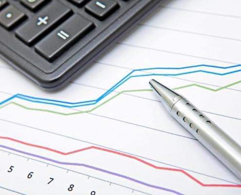 Papel contendo gráficos com dados crescentes sobre investimento.